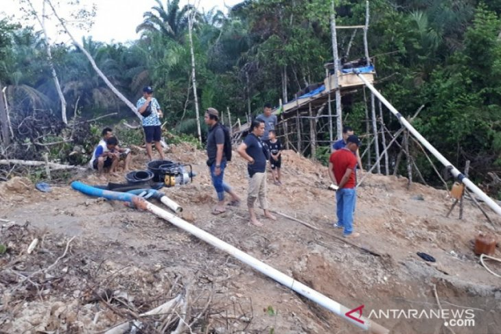 Tebo police apprehend eight illegal gold miners in Jambi