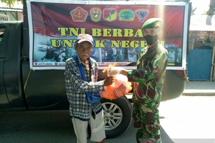 Yonif 713 bagikan kebutuhan pokok bagi masyarakat Gorontalo