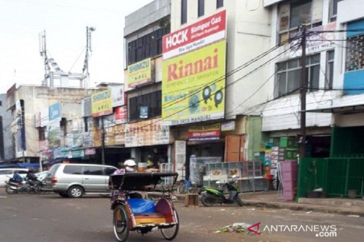 Hari pertama penerapan PSBB, keramaian di Pasar Anyar Tangerang menurun