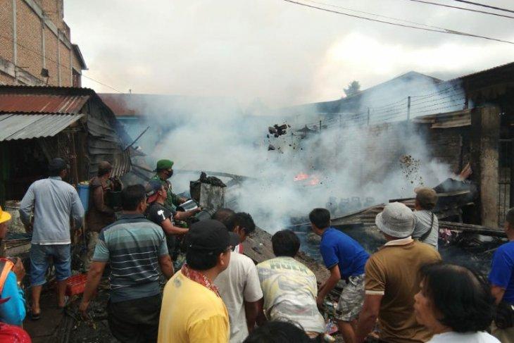 Lilin jatuh, tersiram pertalite, kedai sembako di Saribu Dolok hangus terbakar