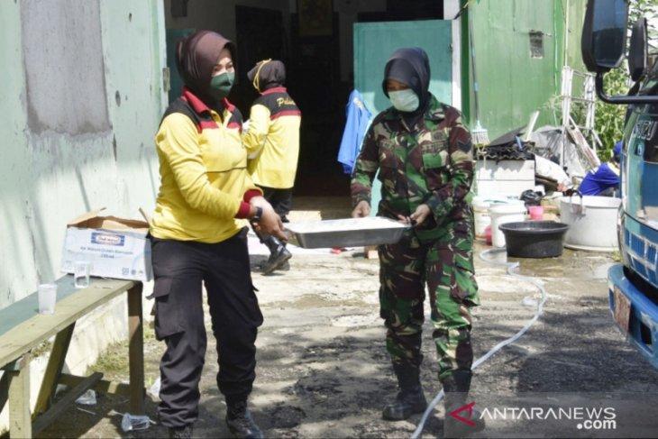 Kowad dan Polwan Bogor buka dapur umum saat PSBB
