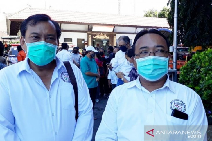 Ratusan anggota IHGMA Bali pasang spanduk edukasi COVID-19