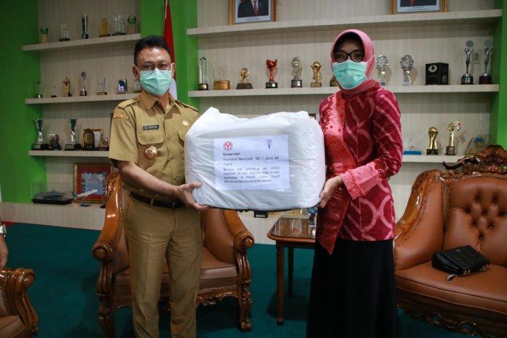 Dekranasda Kota Pontianak serahkan bantuan APD ke rumah sakit