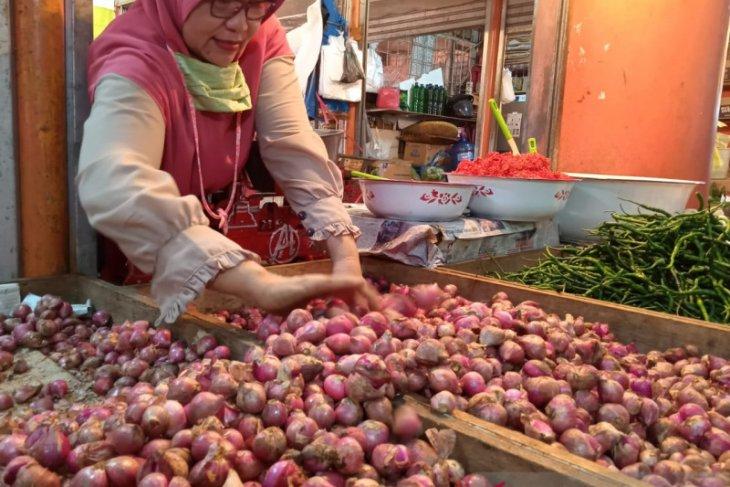 Presiden Jokowi soroti harga bawang merah dan gula pasir yang masih tinggi di pasaran