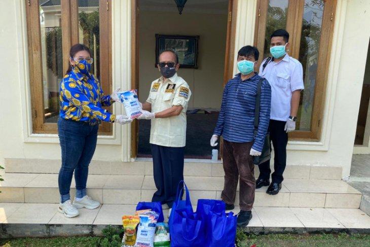 Wakil Ketua MPR membagikan ribuan paket sembako