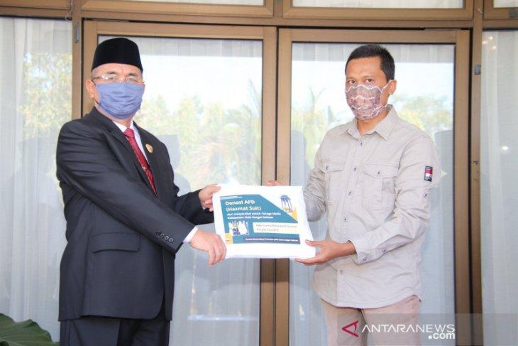Forum Komunikasi Pemuda HSS serahkan donasi 75 set APD