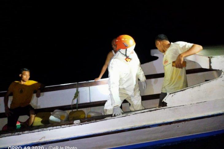 Basarnas Ternate selamatkan penumpang longboat karam di perairan Moti