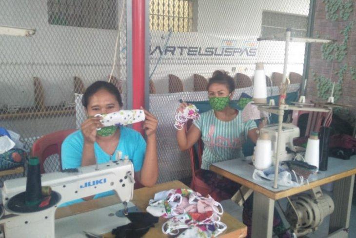Penghuni  Lapas Perempuan Denpasar produksi-sumbang 500 masker sebagai bakti Hari Kartini