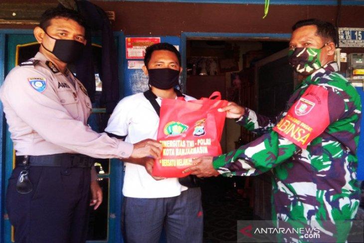 TNI-Polri bagikan 300 paket sembako kepada warga terdampak COVID-19