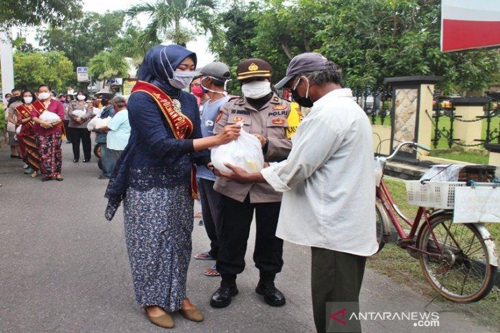 Berpakaian adat, Polwan Surakarta gelar bakti sosial bagikan sembako peringati Hari Kartini