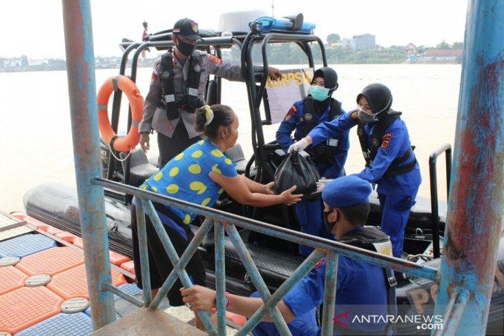 Ditpolairud Polda Jambi bagikan sembako kepada penduduk di bantaran Sungai Batanghari
