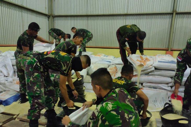 Dandim Putussibau kerahkan prajurit TNI ke gudang bulog terkait bansos