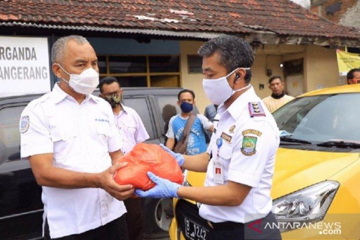 Dishub Tangerang salurkan 1.107 sembako untuk sopir angkot terdampak COVID-19
