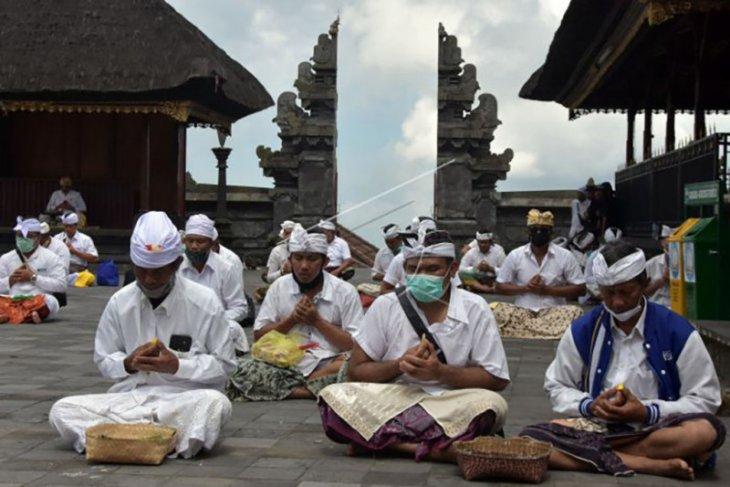 Umat Hindu gelar upacara Peneduh Gumi di Besakih