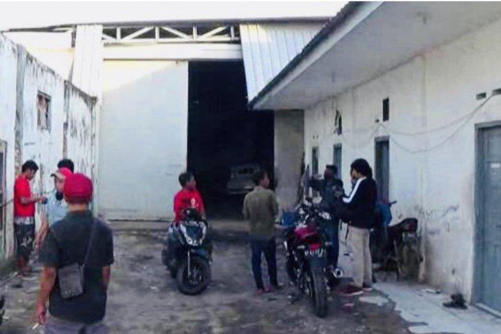 Terduga teroris Jh ditangkap Densus 88 di kantor ekspedisi Surabaya