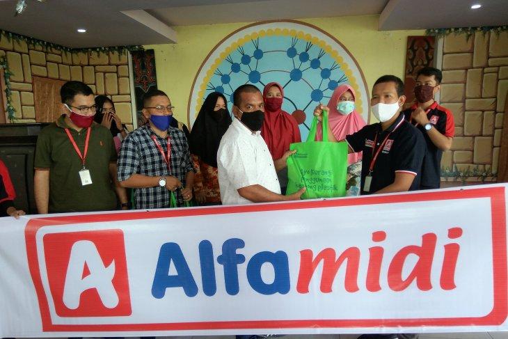 Alfamidi beri bantuan paket sembako kepada warga terdampak COVID-19 di Ambon