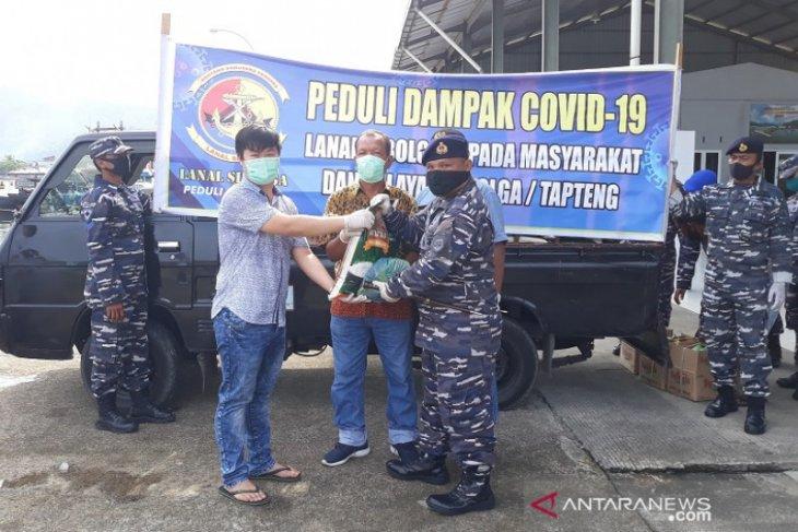 Lanal Sibolga peduli nelayan dan buruh tangkahan, 100 paket sembako dibagikan