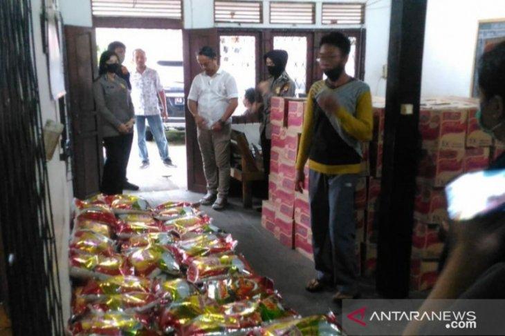 Polda Kalbar dan Rumah Jurnalis Pontianak bersinergi berikan paket sembako