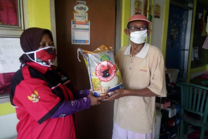 Warga di delapan kecamatan di Kota  Surabaya dapat bantuan paket beras