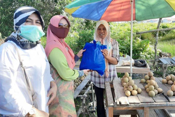 Alumni Fakultas Hukum ULM Banjarmasin bagikan ratusan paket sembako