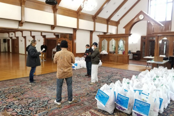 Indonesian Embassy delivers basic-needs packages to Indonesians in US