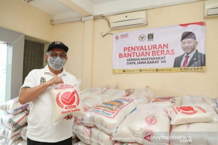 Ahmad Syaikhu salurkan bantuan beras untuk warga terdampak COVID-19 di Jabar