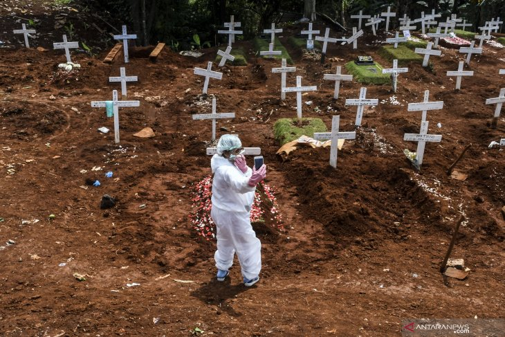Covering a COVID-19 burial: The photojournalists' stories