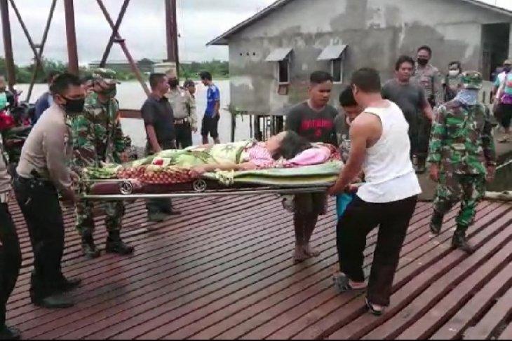 Seorang ibu rumah tangga patah tulang akibat ditimpa pohon tumbang
