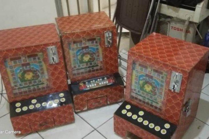 Polisi Sibolga amankan 3 mesin jackpot dari warkop