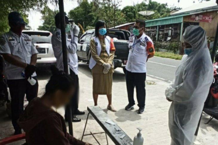 Suhu badan tinggi, mahasiswi diperiksa rapid test di pintu keluar Simalungun