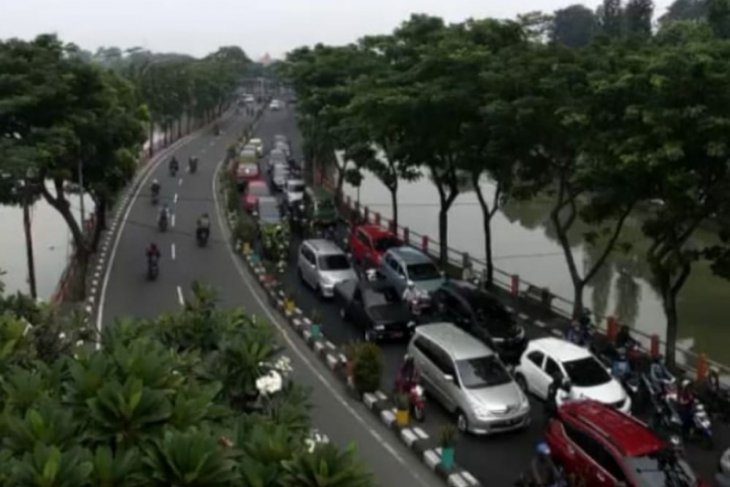 City government orders 14-day closure of Surabaya's offices, companies