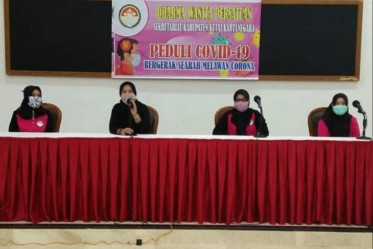 Pengurus Dharma Wanita Kukar Berbagi