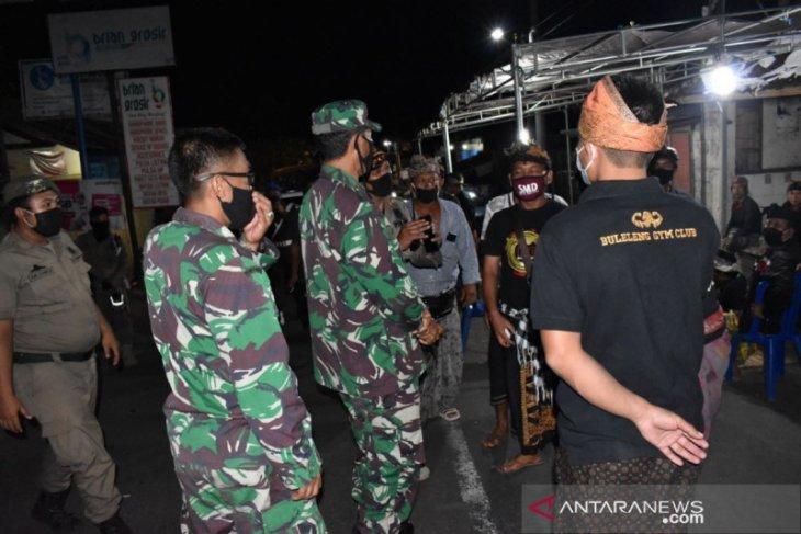 TNI dan Satpol PP Buleleng masih temukan restoran buka sampai malam
