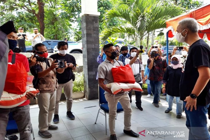 Central Java workers receive packages of essentials on May Day