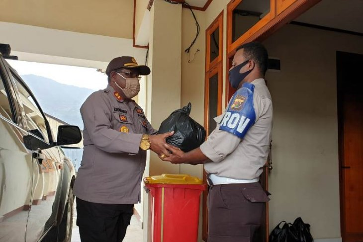 Tolikara District police in Papua donate three tons of rice