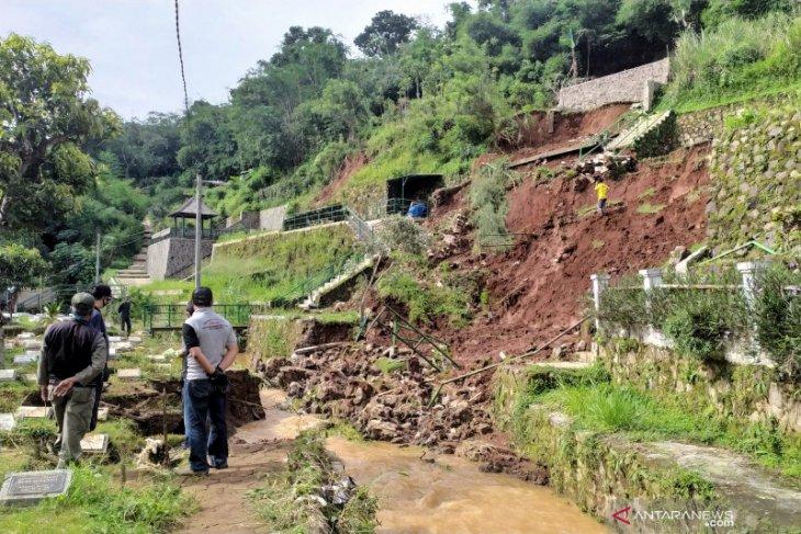 Ada 37 makam di TPU Cikutra Bandung yang tergerus longsor