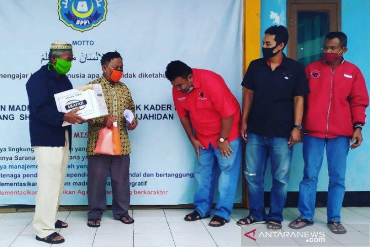 Untuk guru honorer, Kader PDIP Garut bagikan paket pangan