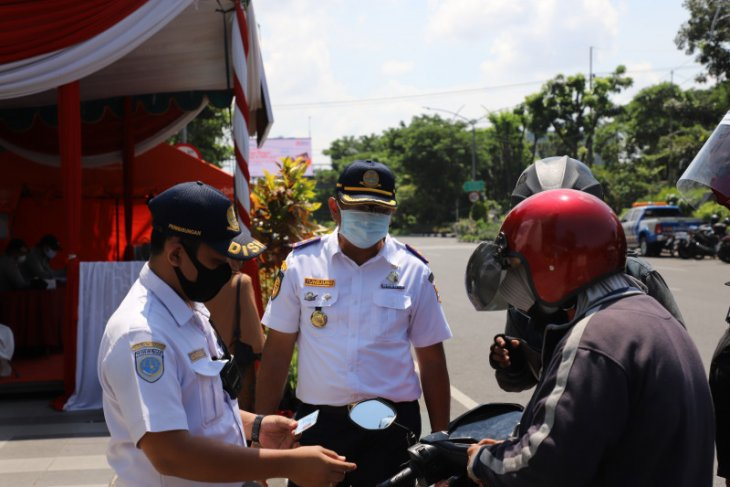 Surabaya police stop numerous cars, motorcycles at 17 checkpoints