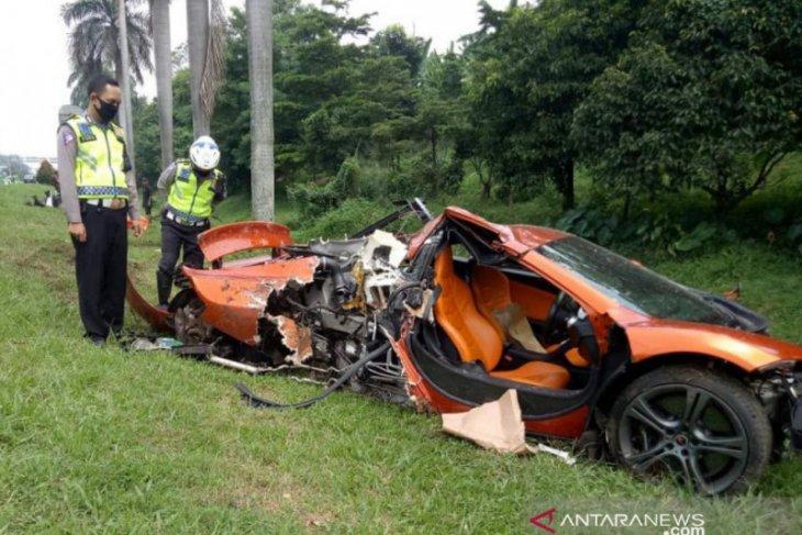 Mobil McLaren alami kecelakaan di Tol Jagorawi