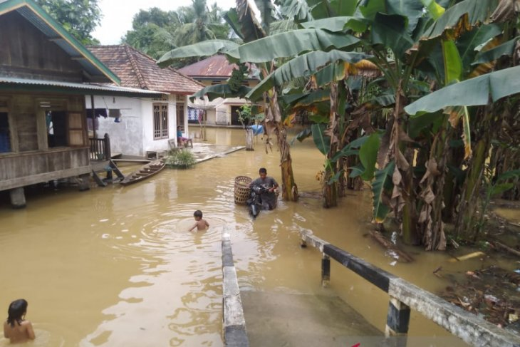 Flood sweeps through six villages in Jambi
