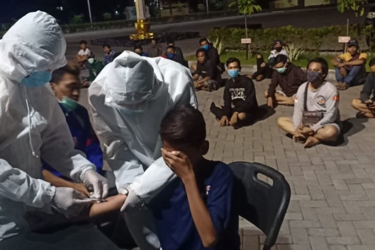 Langgar jam malam PSBB, 65 orang terjaring dilakukan rapid test