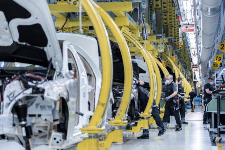 Penuhi permintaan China, Mercedes-Benz kembali berproduksi