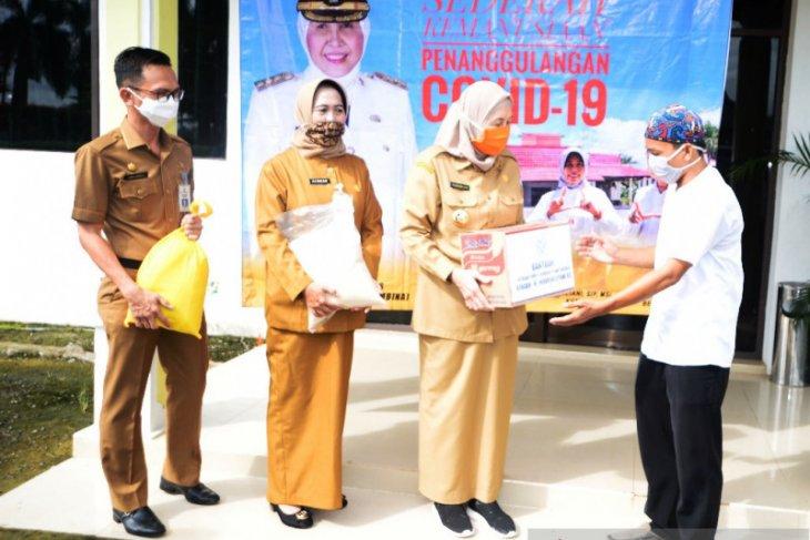 Bupati Batola bagikan 100 paket sembako untuk lansia dan janda