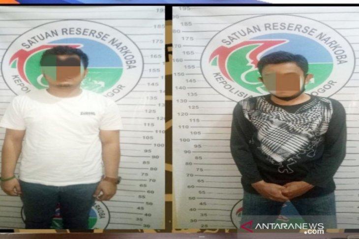 Tiga tersangka pengedar narkoba wilayah Bogor dibekuk di dua TKP berbeda