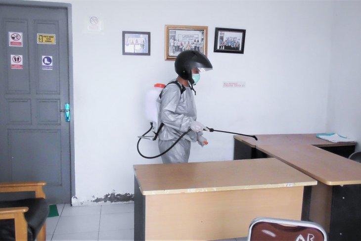 DLH Labuhanbatu sterilisasi kantor dari COVID-19