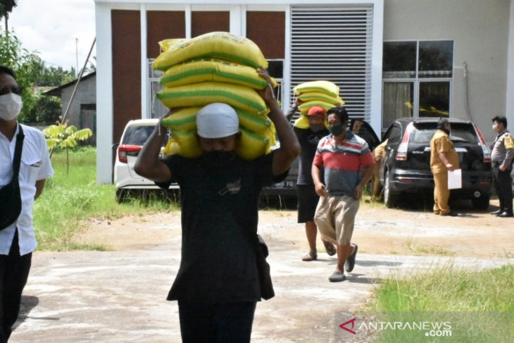 Bupati Muda serahkan beras bantuan Pemprov Kalbar untuk warga terdampak COVID-19