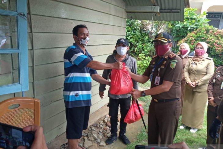 Kejari Pangkalpinang-IAD bagikan 100 paket sembako kepada masyarakat kurang mampu