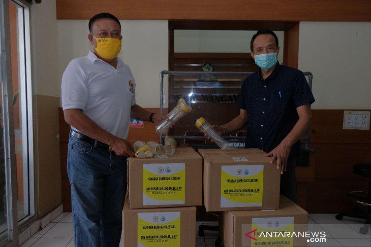 Wakil Ketua Komisi VI DPR  serahkan APD ke RSUD Wangaya Denpasar