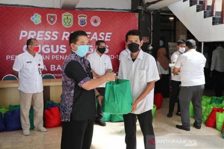 Honorer Pemkot Banjarmasin menerima bantuan sembako dari ASN Peduli