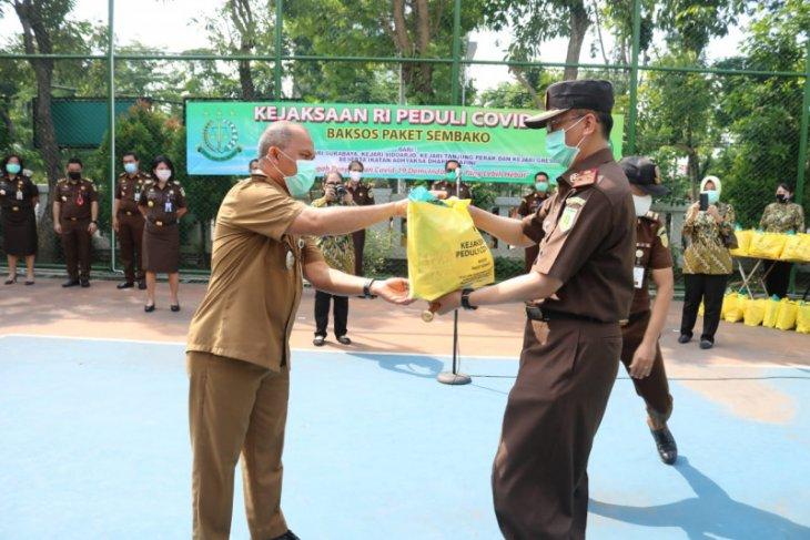 Kejari Tanjung Perak salurkan 700 paket sembako